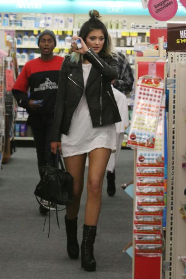 kylie-jenner-street-style-shopping-in-a-drug-store-may-2014_2